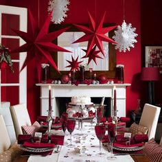 Red and White Christmas Table Setting Ideas Here. Love a theme for Christmas then you will just love all these gorgeous and classy table setting we have for you. Elegant Christmas, Noel Christmas, White Christmas, Christmas Crafts, Christmas Ideas, Christmas Mantles, Christmas Lunch, Christmas Flowers, Christmas Snowflakes