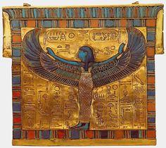 Пектораль с изображением богини неба Нут Золото, эмаль; чеканка, сердолик Руки-крылья богини распростерты в покровительственном жесте. Вычеканенные на пластине иероглифические надписи имеют смысл заклинаний-оберегов. Имя Тутанхамона встречается несколько раз, однако, первоначально в картушах было начертано имя Эхнатона