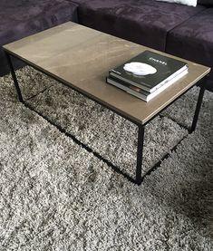 Een zeer exclusieve Bronze Amani of Gris Pulpis marmer salontafel ofwel coffee table. De tafel is voorzien van een roestvast stalen frame voorzien van een mat zwarte poedercoating. Kijk voor meer informatie op marmertafel.nl