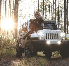Senior girl outdoor photography sitting on jeep pose White Jeep Wrangler, Jeep Wrangler Girl, Jeep Wranglers, Jeep Photos, Car Pictures, Winter Pictures, Car Photos, Jeep Baby, Car Photography