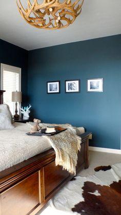 Wandfarbe Schlafzimmer Hirschgeweih-Deko-Kronleuchter-Holz-Blau-Schlafzimmer-Einrichtung-Ideen - Wohnideen- Magazin für Innenarchitektur, Architektur, Dekoration