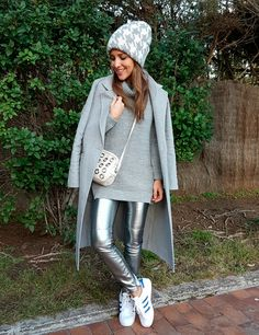 Tras la pista de Paula Echevarría » SILVER. Grey knit sweater+silver leather look leggins+white sneakers with blue details+grey long wool coat+natural crossbody bag with metallic details+grey printed beanie. Fall Casual Outfit 2016