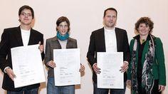 Preisträger mit Urkunde beim Designpreis Rheinland-Pfalz
