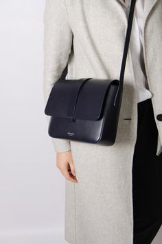 Luxury bags and designer handbags for women - Minimalist des.- Luxury bags and designer handbags for women – Minimalist design Minimalist crossbody bag. Design in Paris. Made in Italy - Dior Purses, Purses And Handbags, Dior Handbags, Luxury Bags, Luxury Handbags, Designer Handbags, Luxury Purses, Designer Crossbody Bags, Look Fashion