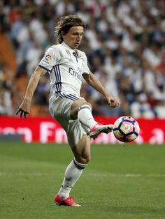 MADRID, SPAIN - APRIL 23: Luka Modric of Real Madrid in action during the La Liga match between Real Madrid and FC Barcelona at Estadio Santiago Bernabeu on April 23, 2017 in Madrid, Spain. (Photo by Angel Martinez/Real Madrid via Getty Images)