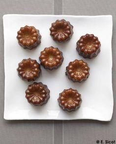 Cannelés bordelais pour 10 personnes - Recettes Elle à Table Macaron, A Table, Biscuits, Almond, Sweet Treats, Muffin, Cookies, Baking, Breakfast