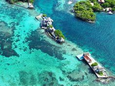 ISLAS DEL ROSARIO: Situadas a 35 kilómetros al sur oeste de  Cartagena, este magnifico  archipiélago consta de 27 islas, algunas tan pequeñas  que solo tienen  una  casa.  Estas islas coralinas, fueron declaradas parque nacional y es uno de los mejores lugares del Caribe Colombiano.