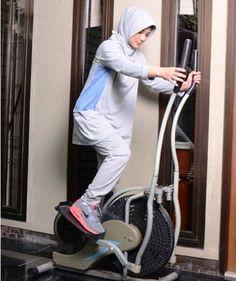 baju senam muslim elzatta-5 Hijab Fashion Inspiration, Style Inspiration, Sports Hijab, Muslim Beauty, Street Hijab Fashion, Muslim Hijab, Modest Fashion, Activewear, Sportswear