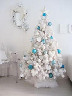 Flocked Christmas trees are extremely popular because they remind us of snow. Here are some ideas to decorate a white Christmas tree in a cool way. Turquoise Christmas, Blue Christmas, Christmas Colors, Christmas Home, White Artificial Christmas Tree, Traditional Christmas Tree, Flocked Christmas Trees, Christmas Mantles, Christmas Villages