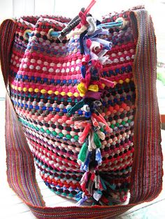 Diy Bolso hecho de alfombra T Shirt Yarn, T Shirt Diy, Diy Clutch, Tote Bags Handmade, Personalized T Shirts, Knitted Bags, Bag Making, Fabric Crafts, Purses And Bags
