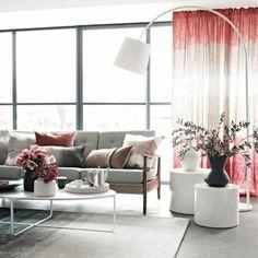 lampe en forme d'arc canapé gris, tapis salon