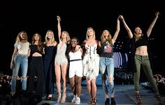 Rihanna e Gigi Hadid são algumas das famosas que apostam na moda da calça jeans destroyed