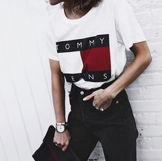 A retro graphic T-shirt like this one from Tommy Hilfiger and Urban Outfitters looks perfect with high-waisted jeans. Look Fashion, 90s Fashion, Fashion Outfits, Street Fashion, Rebel Fashion, Catwalk Fashion, Jeans Fashion, Grunge Fashion, Urban Fashion