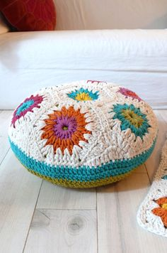 Super cute crochet floor cushion =). I want these in my classroom to substitute bean bag chairs!!