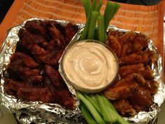 alitas dulces y alitas picantes con aderezo de chipotle  Wings with chipotle dressing