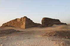 Recinto amurallado de adobe de Khasekhemwy (Din II) en Abydos. Sus muros llegan a medir 10 metros. Es el ejemplo más antiguo de arquitectura monumental egipcia. Khasekhemwy fue el predecesor de Zoser (Djoser), modelo para Imhotep pero trasladado en piedra.