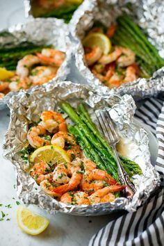 Delicious Grill Foil Packet Dinners: Shrimp and Asparagus Foil Packs with Garlic Lemon Butter Sauce Grill Foil Packet Dinners That Make Cleanup A Breeze From Salmon to Chicken and Loaded Fries to the Crockpot, these Easy Foil Packet Dinners prove you don' Grilling Recipes, Fish Recipes, Seafood Recipes, Dinner Recipes, Cooking Recipes, Healthy Recipes, Cooking Ideas, Recipes For The Grill, Healthy Food