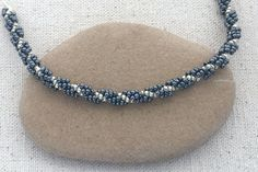 Seed bead jewelry Learn how to make a spiral bead rope with this free step by step tutorial. ~ Seed Bead Tutorials Discovred by : Linda Linebaugh Bracelets Diy, Beaded Bracelets Tutorial, Necklace Tutorial, Handmade Bracelets, Stretch Bracelets, Seed Bead Necklace, Rope Necklace, Seed Bead Jewelry, Seed Beads