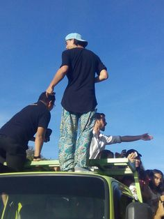 he go up to the truck because the fangirls mob him :(((( that was so terrible..everyone push push and push...fortunately nash still fine and no one get serious injuries... #gwk #bali #nashgrier