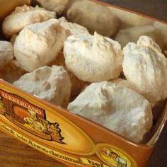 Einfache Kokosmakronen - perfekte Plätzchen für Allergiker, denn sie sind glutenfrei und laktosefrei. Außerdem braucht man nur 3 Zutaten, sie sind schnell gebacken und total einfach. Das Rezept gibts auf Allrecipes Deutschland http://de.allrecipes.com/rezept/4816/einfache-kokosmakronen.aspx
