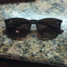 Ray-Bans Barely worn, case is broken as shown but that's the only defect Ray-Ban Accessories Sunglasses