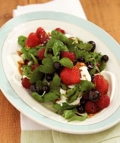 Beeren-Kräuter-Salat: Eine wahre Sommerliebe, mit frischen Beeren, Kräutern und Ziegenfrischkäse