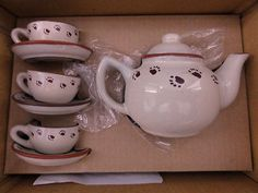 SOLD $9.98   BOYDS BEARS & Friends Tea Set   •  3 Cups     •  3 Saucers     •  1 Teapot with lid    •  Original Box     •  Certificate of Authenticity included and in very good condition.       Great addition to anyones collection!      Condition: Teapot, Cups, and saucers Mint. Box Very Good. Teapot, cups & Saucers have no markings, very clean, no chips, no cracks, and no scratches. Box has no markings, some small tears, some folds, and some wear. Smoke free home.