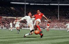 AC Milan 2 Benfica 1 in May 1963 at Wembley. Eusebio fires Benfica into the lead #EuropeanCupFinal