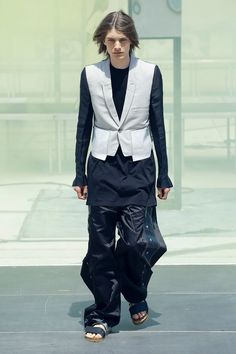 Rick Owens Spring 2019 Menswear Fashion Show Collection: See the complete Rick Owens Spring 2019 Menswear collection. Look 18 Rick Owens Men, Lucky Blue, Fashion Show Collection, Designer Wear, Fall Outfits, Tent, Mens Fashion, Paris Fashion, Menswear