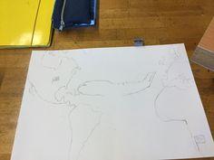 Dit is mijn tekening na les 2(een uurtje). Ik ben begonnen het vliegtuig te tekenen. Wat niet echt lukte, was de grootte van de kromming aan de voorkant van het vliegtuig. Ook lukte het niet om het vliegtuig dat ik kon tekenen niet kon spiegelen, dus heb ik hem maar anders om getekend.