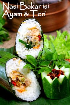 Nasi Bakar ini nge-hitsnya sudah dari beberapa tahun yang lalu, saya termasuk yang ketinggalan posting resep nasi bakar ini hihihii....dulu... Nasi Liwet, Nasi Bakar, Food N, Food And Drink, Indonesian Cuisine, Indonesian Recipes, Rice Recipes, Cooking Recipes, Malaysian Food