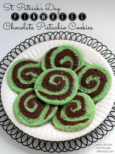 Chocolate Pistachio Pinwheel Cookies combine chocolate and pistachio flavors into a simple, but delicious and impressive cookie recipe that is perfect for St. Chocolate Pistachio Pinwheel Cookies seem difficult, but they are actually Easy Desserts, Delicious Desserts, Yummy Food, Green Desserts, Chocolates, St Patrick's Day Cookies, Pistachio Cookies, Pistachio Pudding, Cookie Recipes