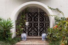Ceramic pots can change the decoration. #entrance #door #home #decor #casadevalentina