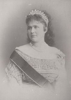 Queen Elisabeth of Romania, nee Wied, wearing the pearl tiara by Oscar Massin, given as a wedding gift by a group of Romanian Noblewomen when she wed King Carol I on 15 November 1869 Queen Mary, King Queen, Michael I Of Romania, Romanian Royal Family, Court Dresses, Royal Tiaras, Historical Women, Princess Elizabeth, Royal Jewelry