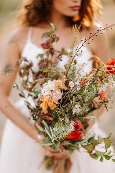 Autumn Wedding Ideas wild wedding bouquet for a fall wedding in Tuscany Church Wedding Flowers, Wedding Flower Guide, Vintage Wedding Flowers, Blush Wedding Flowers, Fall Wedding Bouquets, Wedding Dress, Bridal Bouquets, Diy Wedding, Dream Wedding