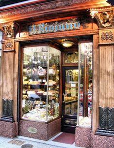 Pastelería y salón de té El Riojano, fundada en 1855 por Dámaso de la Maza, un pastelero del Palacio Real.  calle Mayor. Madrid