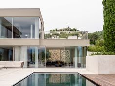 The villa is designed to live in symbiosis with nature without any separation. Two volumes of glass between the slope and the water of the lake surrounded by open spaces covered with white stone and wood that are creating a play of light and shadow with the large frameless sliding Sky-Frame windows that give way to the majestic panorama and outdoor life in the beautiful park creating a unique environment that blends with the outside.  Photography: Marcello Mariana Beautiful Park, Open Spaces, White Stone, Light And Shadow, Outdoor Life, Environment, Villa, Italy, Windows