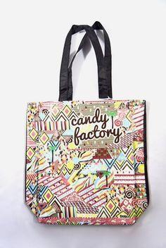 """Bolso Candy Factory Dogo de color negro. Diseño con estampado """"Candy Factory"""", dos asas medianas y bolsillo interno con cierre de cremallera."""