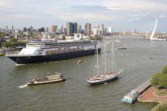 De Wereldhavendagen zorgen er ook dit jaar weer voor dat een aantal giganten der oceaan in hartje Rotterdam te bewonderen zijn.   http://koopvaardij.blogspot.nl/2015/08/parade-der-giganten-tijdens.html