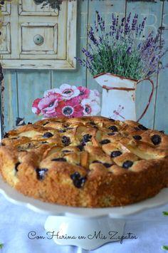 Me encanta Donna Hay. Reconozco que soy fiel seguidora y consumidora de todas sus recetas, sencillas, rápidas, sin complicaciones, pero resultonas. Aunque a veces dudo de si lo que de verdad me gusta son sus recetas, o su cocina, tan blanca, todos sus cacharritos blancos e impolutos… El Sr. Con Harina siempre dice que es… Apple Recipes, Cake Recipes, Dessert Recipes, Desserts, Just Cakes, Cakes And More, Breakfast Cake, Sweet Bread, Coffee Cake