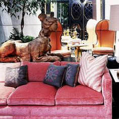 Kelly Wearstler is one of the most iconic interior designers. That's why we came up with 10 Fabulous Living Room Ideas designed by Kelly Wearstler. Kelly Wearstler, Pink Velvet Sofa, Pink Couch, Best Interior Design Websites, Top Interior Designers, Canapé Design, House Design, Patio Design, Rosa Sofa