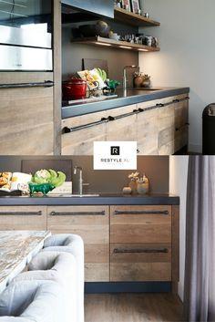 Kijk eens wat een warme uitstraling je kunt geven door oud eiken toe te passen in je huis! Prachtig toch?#restylexl #oudhout #keuken #houtenkeuken #keukeninspiratie #eikenkeuken
