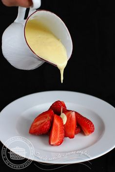 sos de vanilie - creme anglaise 1 Romanian Desserts, Good Food, Yummy Food, Creme Brulee, Recipe Boards, Parfait, Food To Make, Bakery, Easy Meals