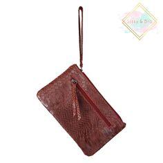 ebe9342be5f Een klein wijn rode handtasje met snake print, ook te gebruiken als  portemonnee. Aan