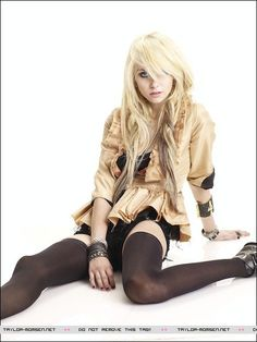 ImageFind images and videos about Taylor Momsen, the pretty reckless and blanck and white on We Heart It - the app to get lost in what you love. Taylor Momsen Style, Taylor Michel Momsen, Taylor Momson, Blond, Heavy Metal Girl, Gossip Girl, Female Models, Anorexia, Sexy
