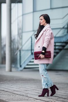 Outfit OOTD mit rosa Mantel von Tally Weijl, schwarzer Strickpullover mit Uhr von Michael Kors, Boyfriend Jeans von New Yorker und Boots von Steve Madden   https://juliesdresscode.de   Julies Dresscode Fashion Blog