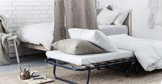 Heb je weinig opbergruimte? Kies dan voor een logeerbed dat je kunt opklappen. Zet het naast het bed in de slaapkamer. | IKEA IKEAnederland wooninspiratie inspiratie slaapkamer slapen logeren logeerpartijtje gasten bezoek visite