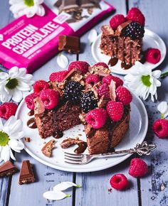 Life's too short to say no to cake - especially when it's such a delish chocolate protein cake 🍰😍  👉 Ingredients & recipe: • 40g oat bran • 20g Women's Best Vegan Protein chocolate • 25g coconut flour • 10g shredded coconut • 1tsp baking powder • ½ mashed banana • Women's Best vanilla flavor drops • 135ml almond milk 👉 Mix up all ingredients and fill in a little cake tin. Bake for about 30min at 220 ℃ (top&bottom heating) Finally top with Women's Best Protein Chocolate & berries. Enjoy!
