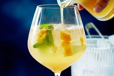 Our popular recipe for mango passion fruit spritz and more than other free recipes on LECKER. Our popular recipe for mango passion fruit spritz and more than other free recipes on LECKER. Smoothie Fruit, Smoothie Recipes, Frose Rezept, Spritz Recipe, Vegetable Drinks, Non Alcoholic Drinks, Beverages, Healthy Eating Tips, Crunches