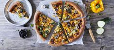 Vegaaninen pizza saa makua arrabiatapestosta! Jätä pizzan reunat pohjaa paksummiksi ja saat kotona ihan oikean pizzeriafiiliksen. Vegetable Pizza, Pesto, Snacks, Vegetables, Food, Appetizers, Essen, Vegetable Recipes, Meals